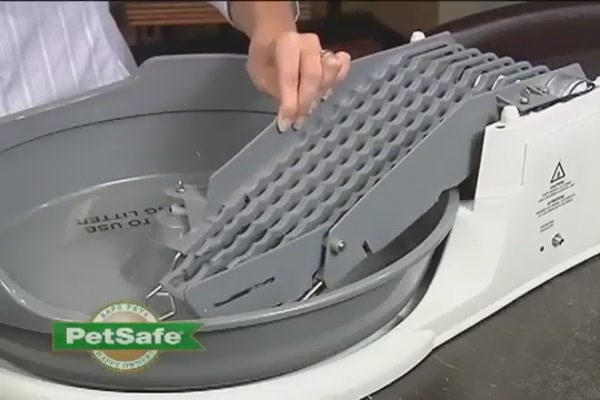 Simply Clean Litter Box by PetSafe - image 4 from the video