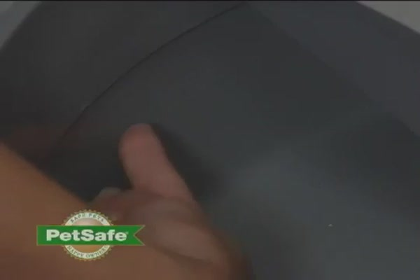 Simply Clean Litter Box by PetSafe - image 6 from the video